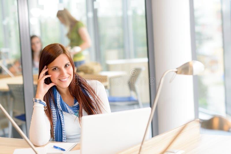 Étudiant heureux de lycée avec l'ordinateur portatif photographie stock