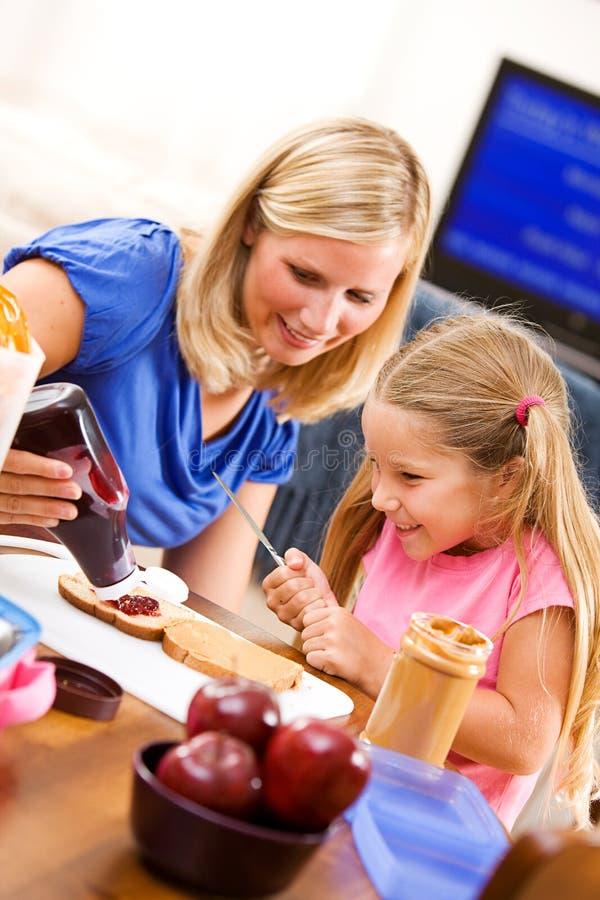 Étudiant : Le parent aide la fille avec Jelly On Sandwich image stock