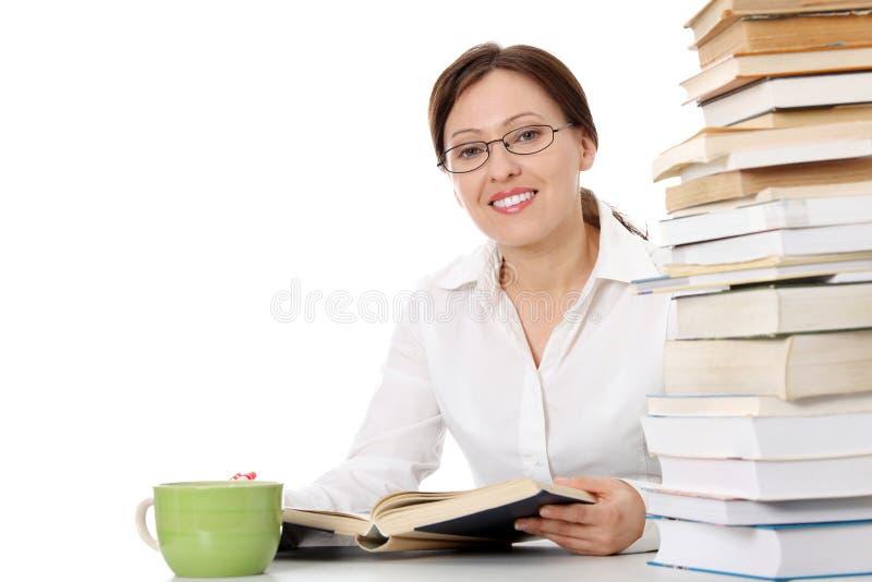 Étudiant mûr apprenant au bureau images stock