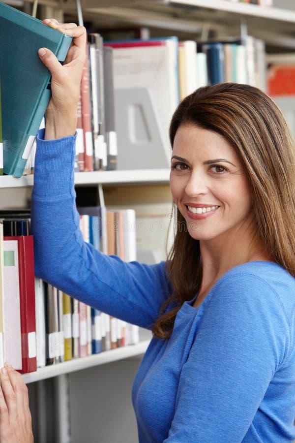 Étudiant mûr dans la bibliothèque photo stock