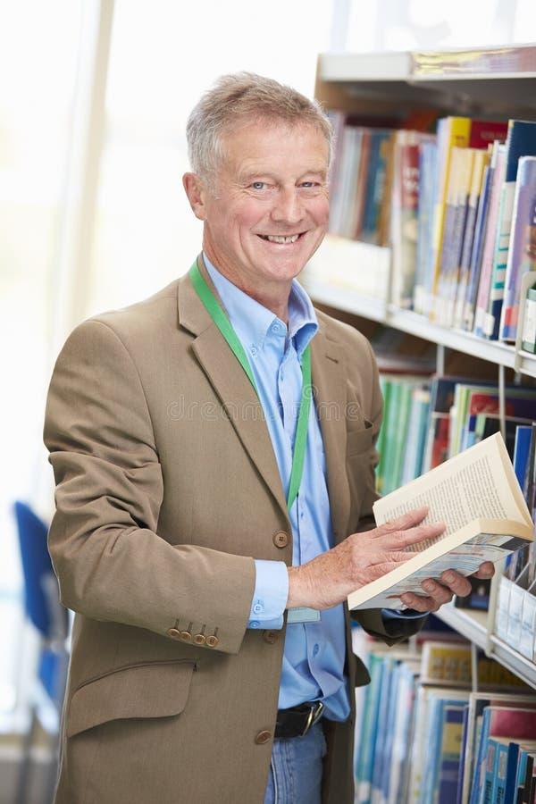 Étudiant mûr masculin Studying In Library images libres de droits