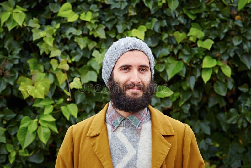 Étudiant masculin barbu de sourire de hippie images libres de droits