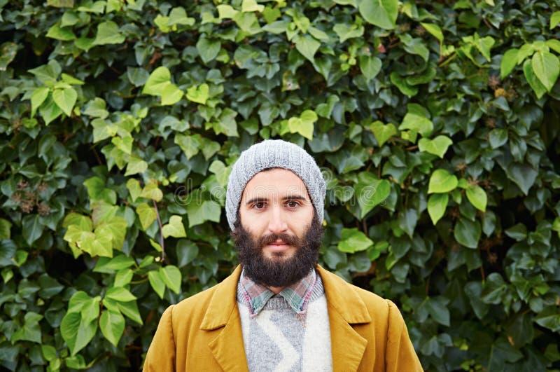 Étudiant masculin barbu de sourire de hippie photo stock