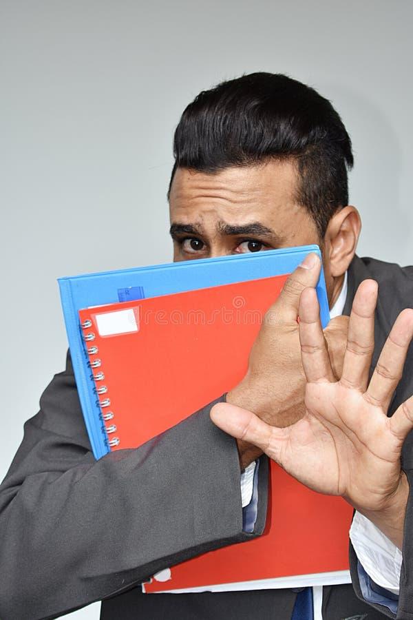 Étudiant masculin hispanique effrayé d'affaires images stock