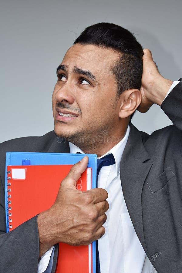 Étudiant masculin hispanique soumis à une contrainte d'affaires photo libre de droits