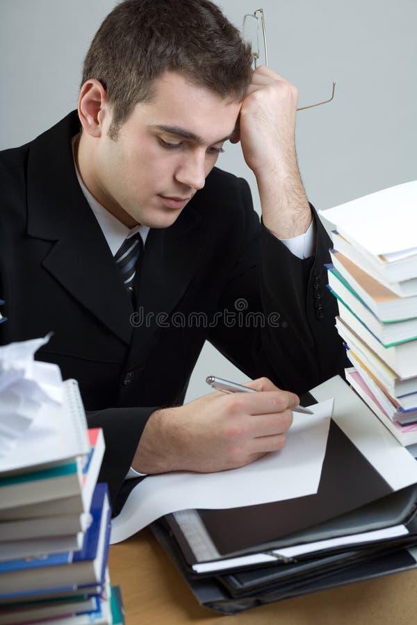 Étudiant ou écriture d'homme d'affaires quelque chose sur le papier blanc SH image libre de droits