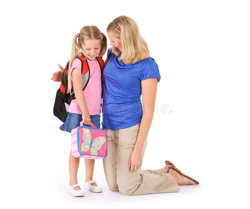 Étudiant : Parent disant au revoir à la fille le premier jour de l'école photographie stock libre de droits