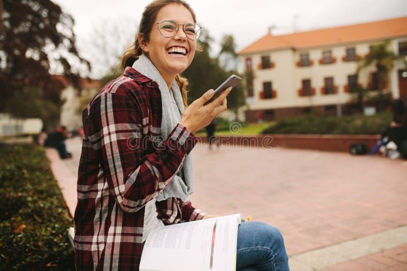 Étudiant parlant au téléphone au campus photographie stock