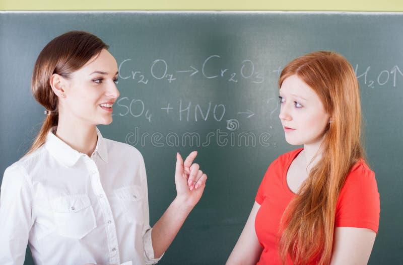 Étudiant pendant la réponse à la leçon de chimie photos libres de droits