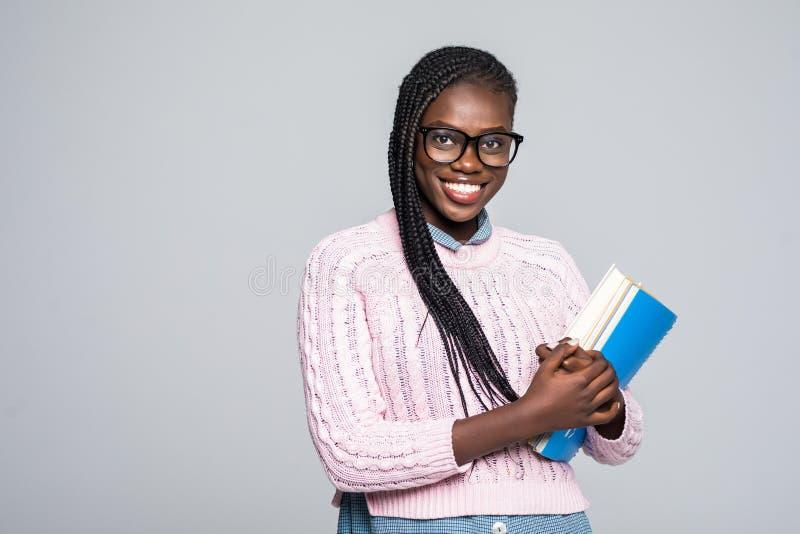 Étudiant quotidien occasionnel de mode de vie de jeune femme africaine de beauté jugeant le sourire de carnets d'isolement sur le photos libres de droits