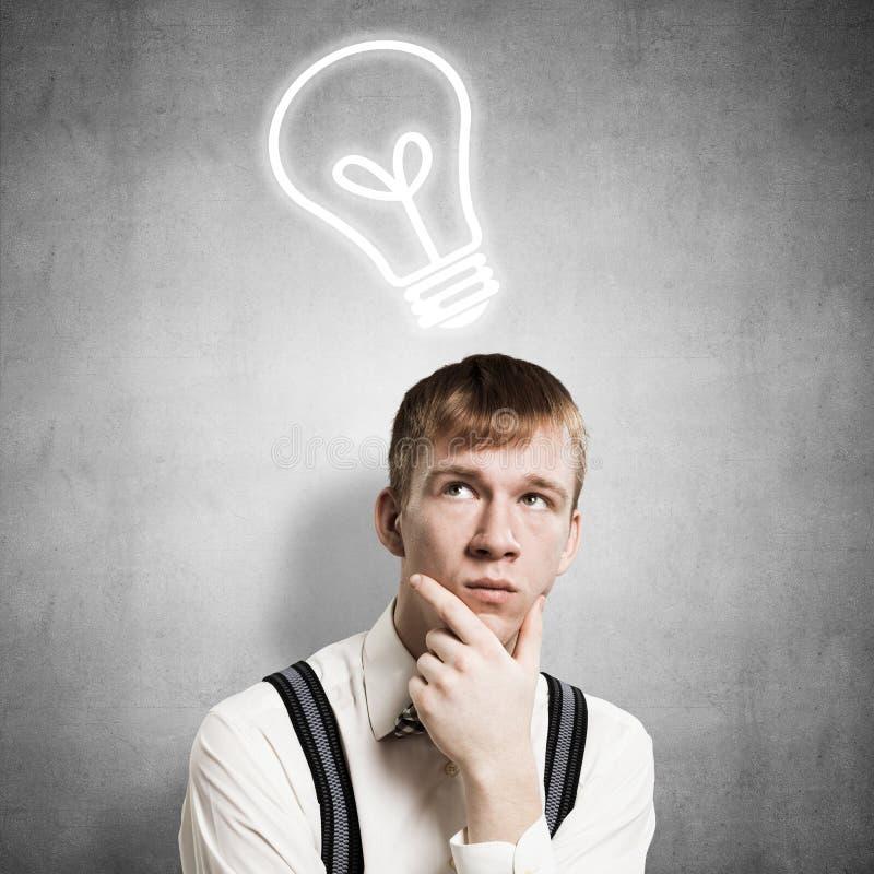 Étudiant roux pensant à un certain problème image libre de droits