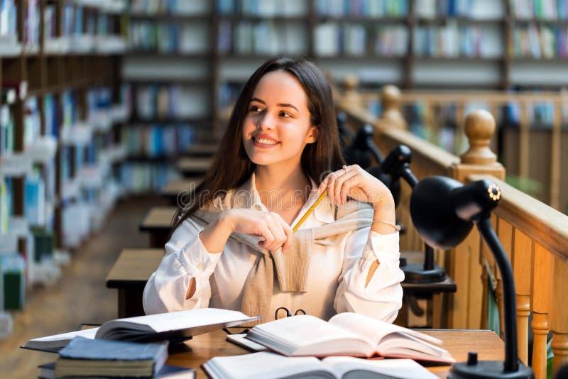 Étudiant s'asseyant à la bibliothèque images libres de droits