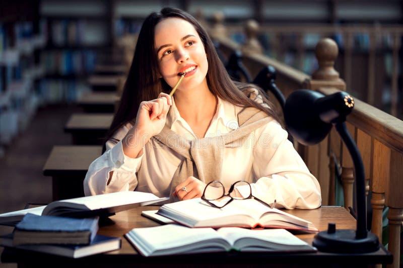Étudiant s'asseyant à la bibliothèque photographie stock libre de droits