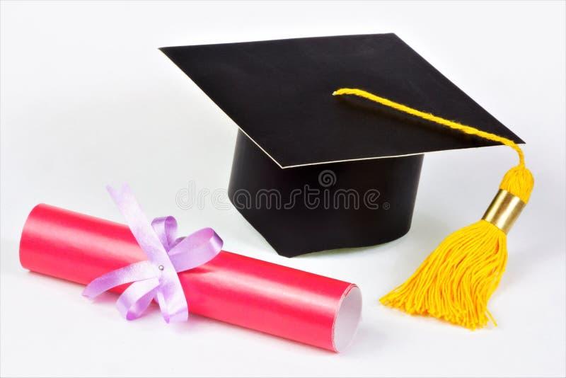 Étudiant scolaire de chapeau d'obtention du diplôme et un diplôme de rouleau Document rouge de l'étudiant de troisième cycle, cer images libres de droits