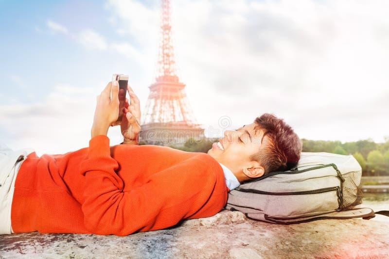 Étudiant se reposant après l'université, utilisant le téléphone intelligent photographie stock libre de droits