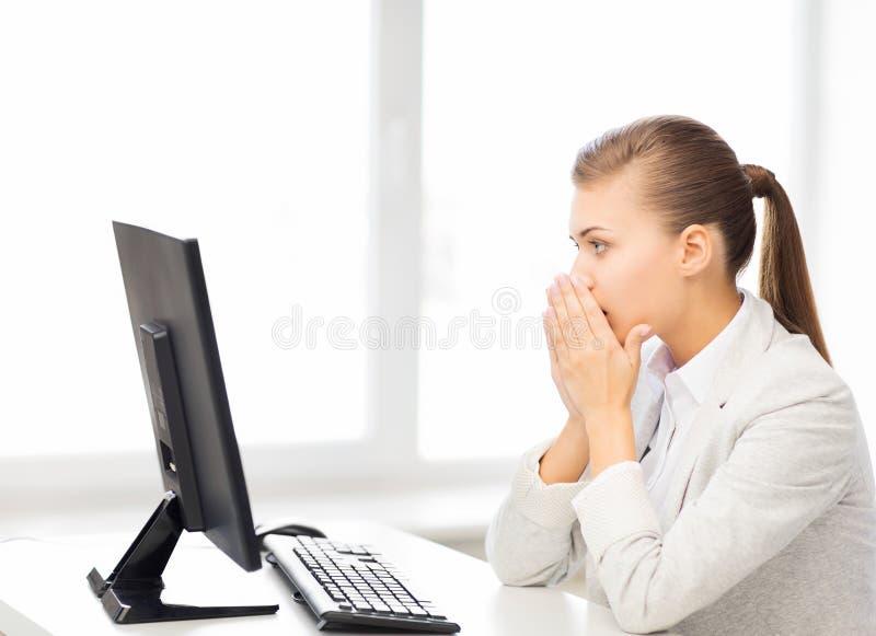 Étudiant soumis à une contrainte avec l'ordinateur dans le bureau image stock