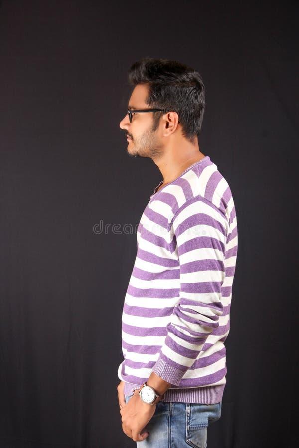 Étudiant T-shirt de revêtement blanc et pourpre d'In de collage photo stock