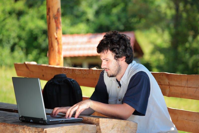 Étudiant travaillant sur un ordinateur portatif images stock