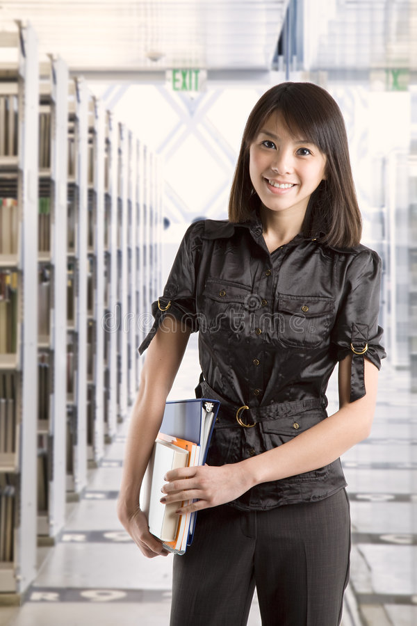 Étudiant universitaire à la bibliothèque photo libre de droits