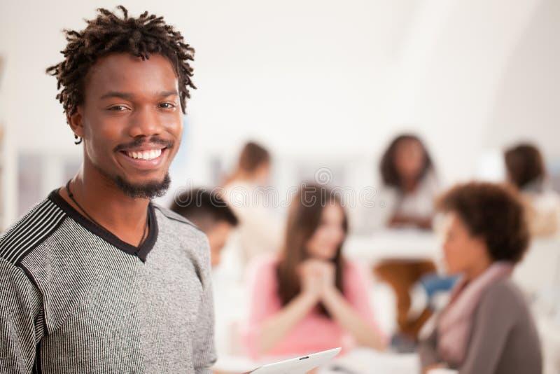 Étudiant universitaire africain de sourire photographie stock