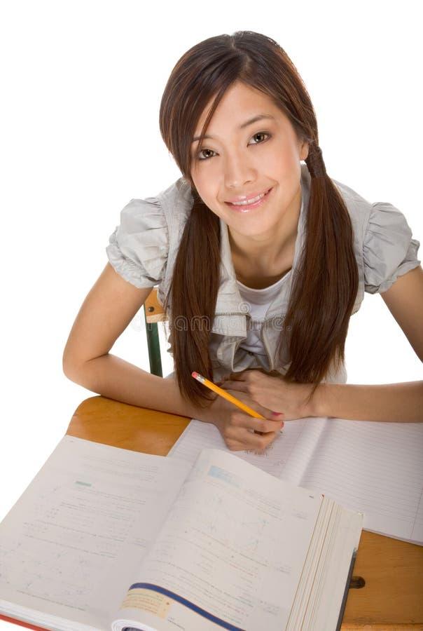 Étudiant universitaire asiatique se préparant à l'examen de maths photos stock