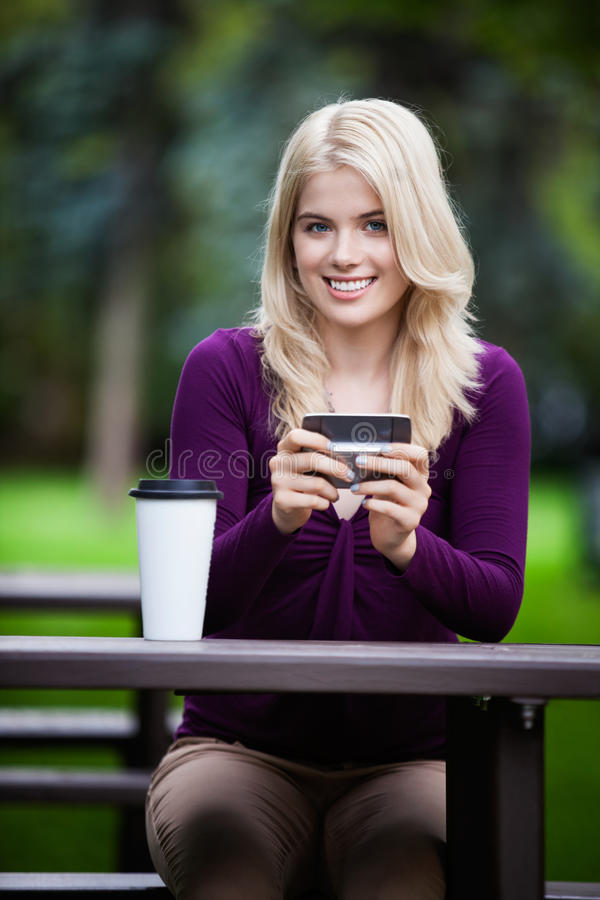 Étudiant universitaire avec le téléphone images stock