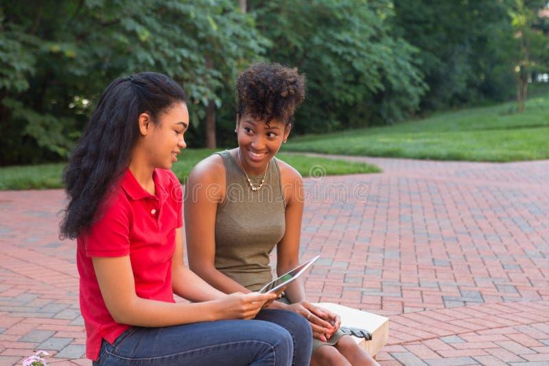 Étudiant universitaire avec un comprimé photographie stock libre de droits