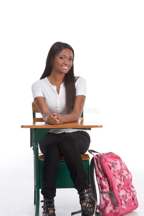 Étudiant universitaire d'Afro-américain par le bureau d'école images libres de droits