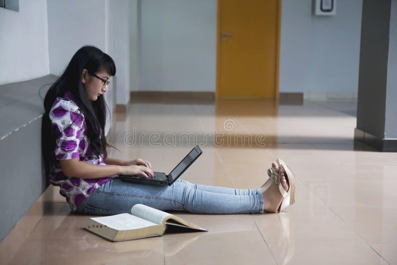 Étudiant universitaire dans le bas-côté de campus image libre de droits