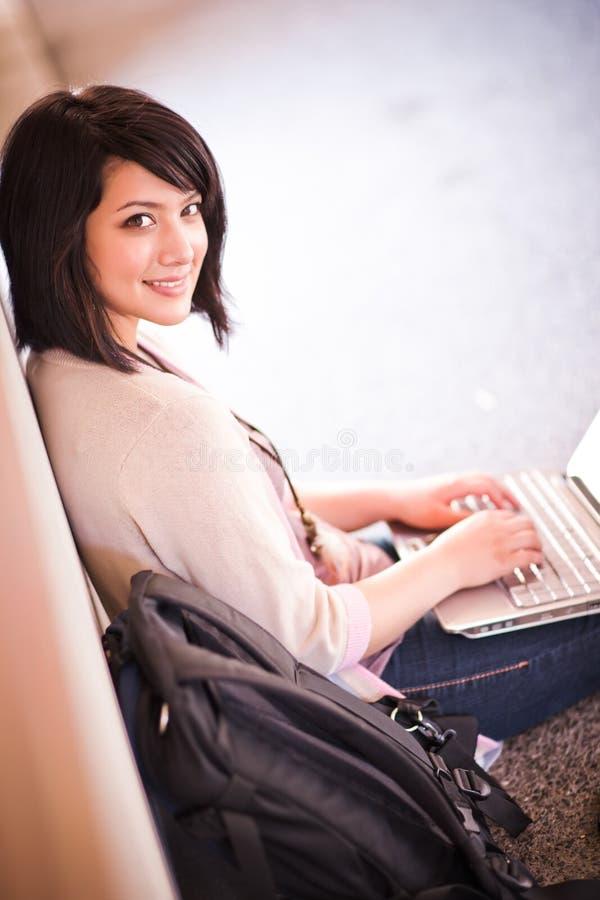 Étudiant universitaire de chemin mélangé avec l'ordinateur portatif images stock