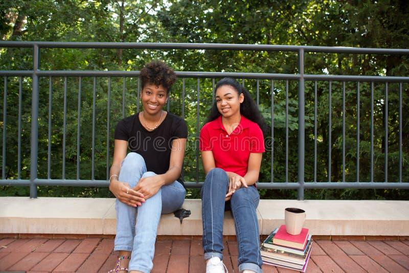 Étudiant universitaire 2 dehors sur le campus photo libre de droits
