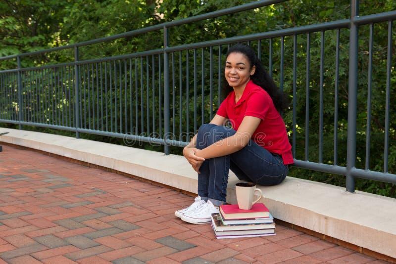 Étudiant universitaire dehors sur le campus photographie stock libre de droits