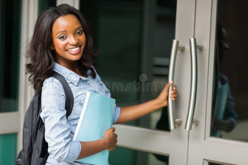 Étudiant universitaire féminin africain photos libres de droits