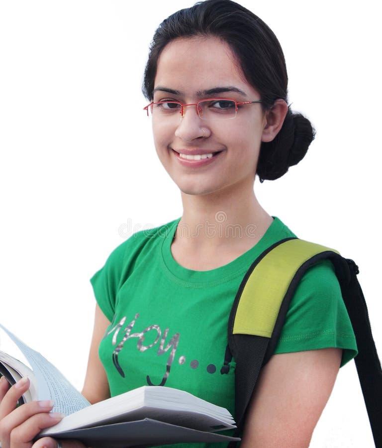 Étudiant universitaire indien au-dessus du fond blanc. images libres de droits