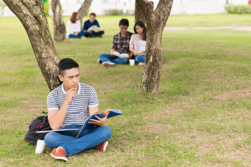 Étudiant universitaire songeur photo stock