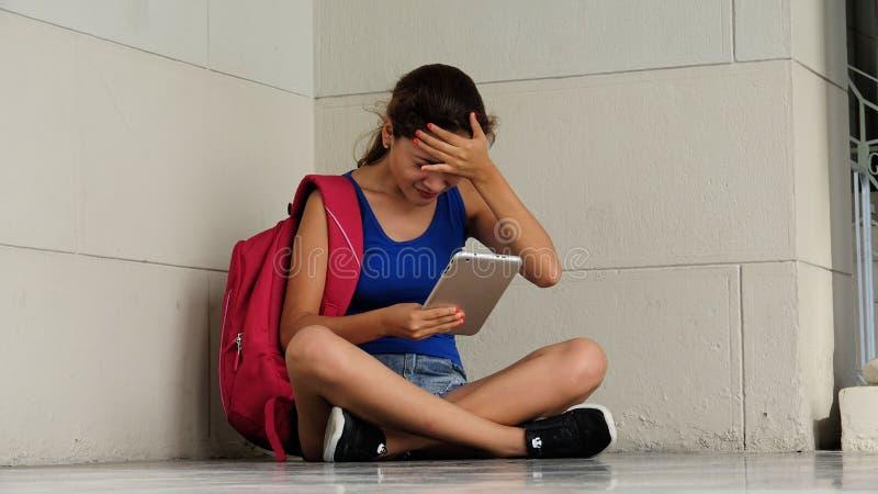 Étudiant universitaire soumis à une contrainte ou confus With Tablet image libre de droits