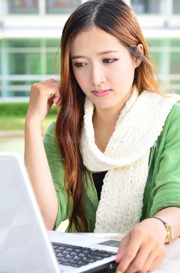 Étudiante asiatique avec l'ordinateur portable d'ordinateur photo stock
