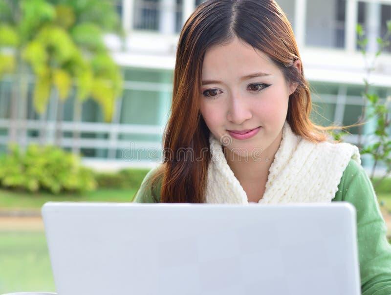 Étudiante asiatique avec l'ordinateur portable d'ordinateur images libres de droits