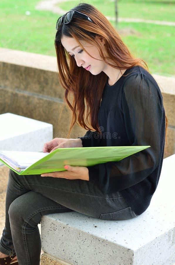 Étudiante asiatique regardant le profil photographie stock libre de droits
