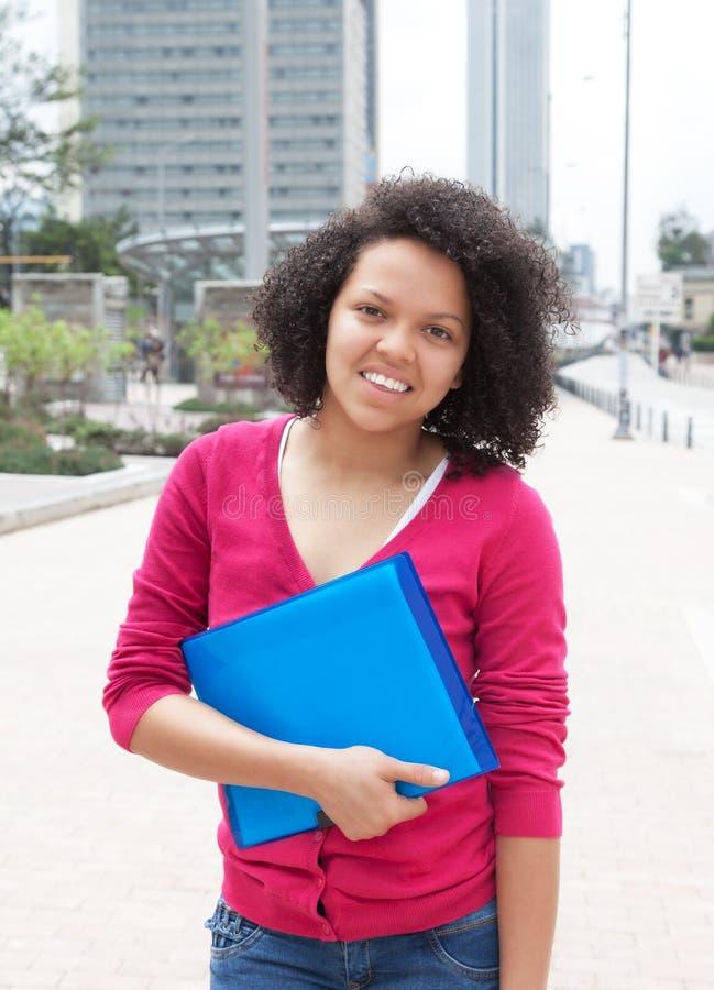Étudiante d'afro-américain se tenant dans la ville photo libre de droits