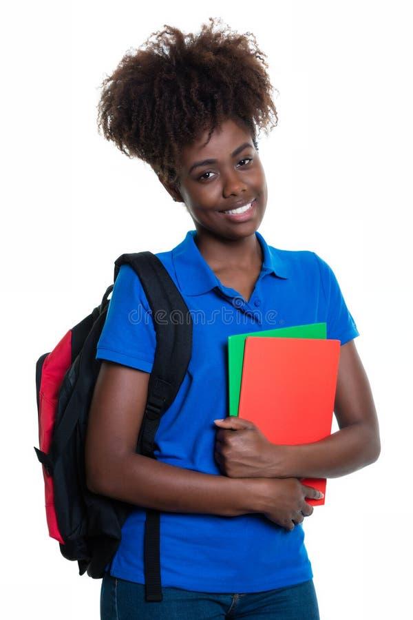 Étudiante heureuse d'afro-américain avec le sac à dos image stock