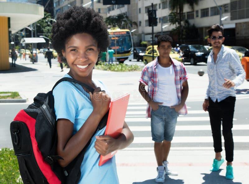 Étudiante heureuse d'afro-américain dans la ville image stock