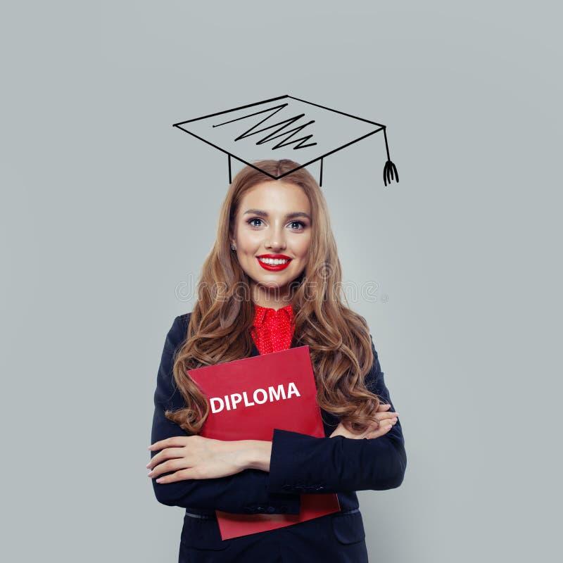 Étudiante heureuse de jeune femme avec le diplôme sur le fond blanc photographie stock