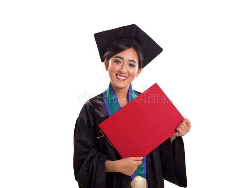 Étudiante licenciée montrant son certificat, d'isolement sur le fond blanc image stock