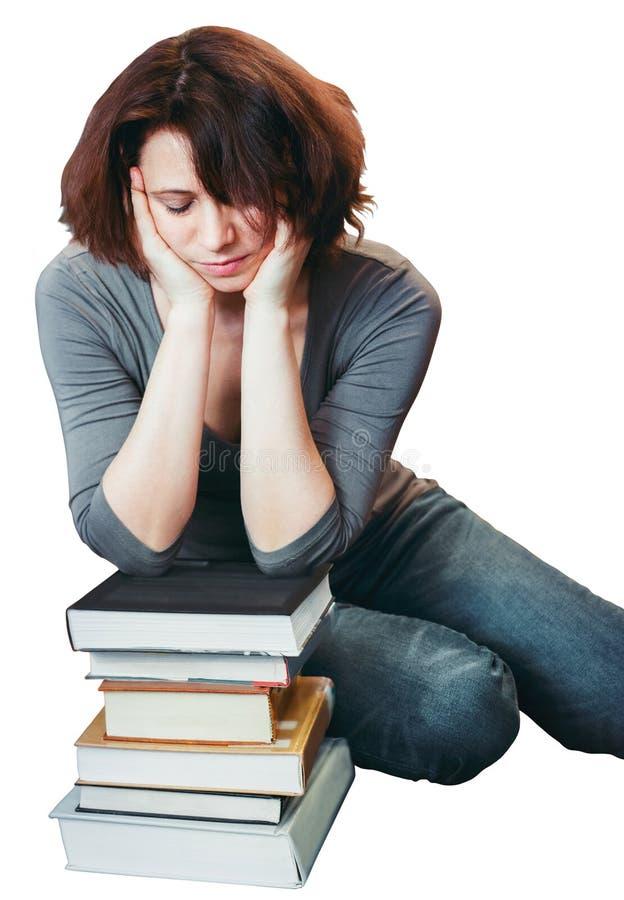 Étudiante mûre de Moyen Âge fatigué s'asseyant dans la bibliothèque avec les yeux fermés photo libre de droits