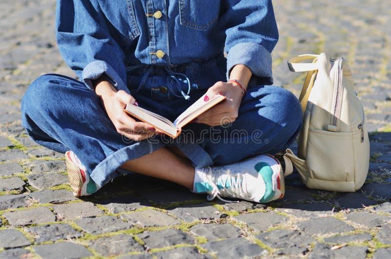 Étudiante mignonne heureuse de jeune femme avec le sac à dos tenant des livres photographie stock libre de droits
