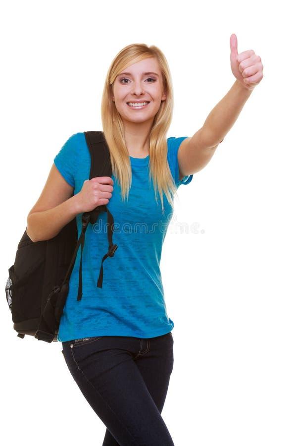 Étudiante occasionnelle avec le sac montrant le pouce  photo stock