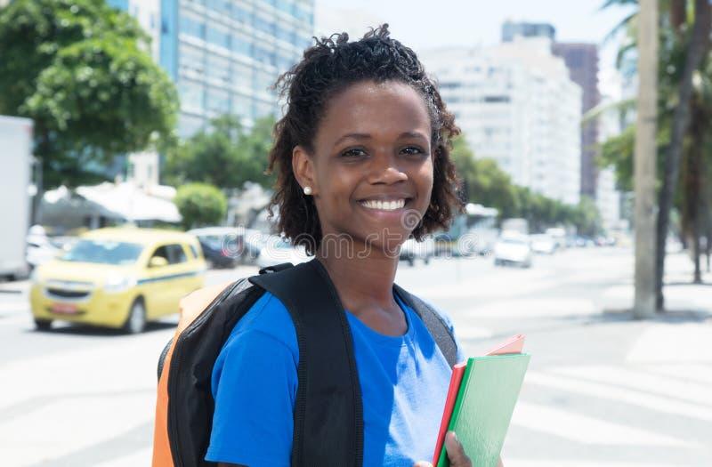 Étudiante riante d'afro-américain dans la ville photo libre de droits