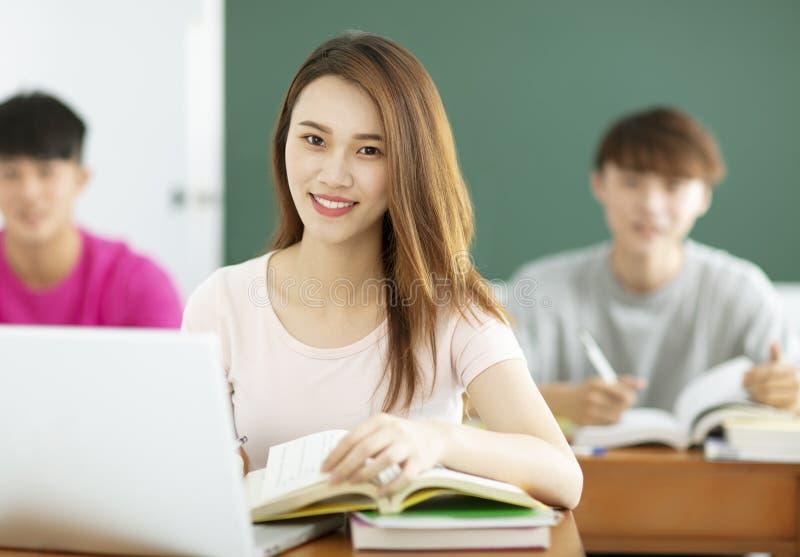 Étudiantes étudiant dans la salle de classe photo stock