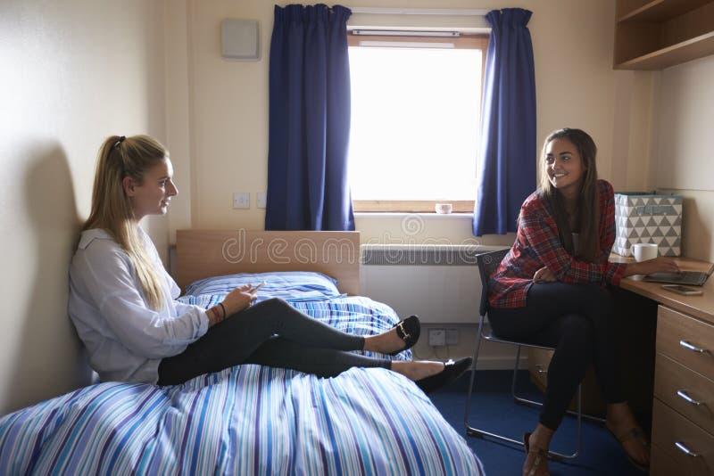 Étudiantes travaillant dans la chambre à coucher du logement de campus images stock